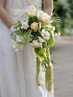 Frau mit Brautstrauß aus Rosa (Rosen), Solanum jasminoides