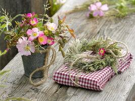 Kleiner Strauß aus Rosa (Wildrosen), Kranz aus Gräsern