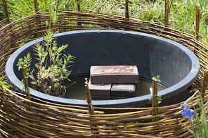 Mini-Teich mit bepflanzter Einfassung aus Weide 4/12