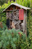 Selbstgebautes Insektenhotel für verschiedene Nützlinge