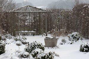 Verschneiter Rosengarten , Holz-Pavillon mit Bank