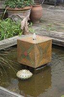 Handgetoepfertes Wasserspiel im architektonischen Teich
