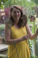 Frau Pluta mit handgetoepferten Gartensteckern