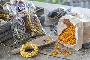 Selbst zusammengestellte Tee-Mischungen aus getrockneten Blüten
