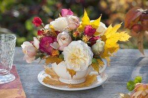 Herbstlicher Mini-Strauss aus verschiedenen Rosa (Rosen) und Blättern
