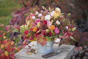 Herbststrauss aus Rosa (Rosen, Hagebutten), Euonymus (Pfaffenhütchen)
