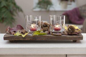 Längliche Holz-Schale mit Windlichtern , Gläser mit geaetzten Motiven