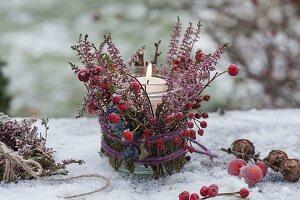 Herbstliches Windlicht mit Calluna (Besenheide), Rosa (Hagebutten)