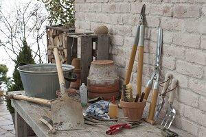 Spaten säubern mit einer Bürste, saubere Werkzeuge lehnen