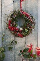 Kranz aus rundgebogener Ranke von Rosa (Rose), Ilex (Stechpalme)