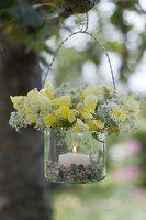 Glas als Windlicht mit Kränzchen aus Blüten von Antirrhinum