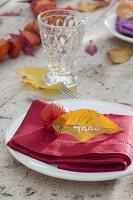 Herbsttischdeko mit Lampions und Herbstlaub