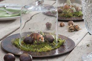Wald - Tischdeko mit Tierfigur Fuchs auf Moos unter Glasglocke