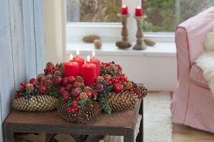 Zapfenstern mit Früchten und Beeren als Adventskranz