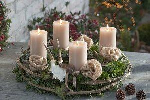 Natürlicher Adventskranz mit beigen Kerzen