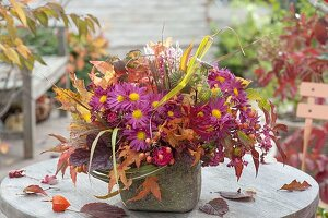 Üppiger Herbststrauss mit Chrysanthemen