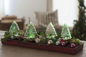 Weihnachtliche Wald-Dekoration mit farbigen LED-Bäumchen