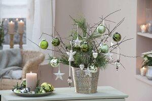 Weihnachtsstrauss mit Zweigen von Pinus (Kiefer)und Schlehe (Prunus)