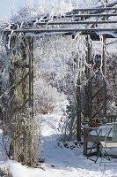 Holz-Pavillon mit Rauhreif überzogen im Verschneiten Garten