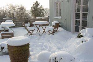 Terrasse dick verschneit im Winterschlaf