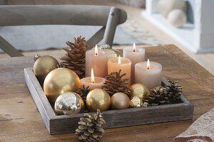 Schlichte Adventsdeko mit goldenen Christbaumkugeln,