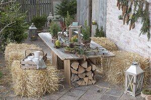 Ländliche Winter-Terrasse mit Strohballen zum sitzen,