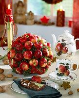 Tischdekoration: 'Apfelkugel' - Äpfel auf Holzstäbe und rund um in die Steckmass