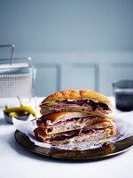 Gegrilltes Sandwich mit Mortadella, Provolone und Mascarpone
