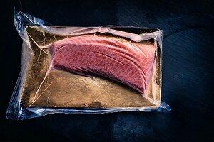 Fisch-Onlinehandel: Schockgefrostetes Rückenfilet vom Lachs in der Verpackung