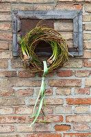 Kranz aus Zweigen dekoriert mit vorgetriebenen Blumenzwiebeln