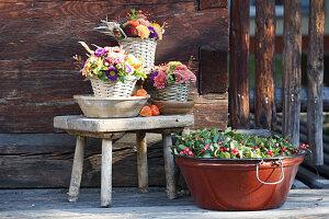 Herbst-Sträuße in Körben, Wanne mit Scheinbeere