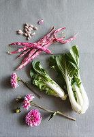 Zutaten für Gemüsestrauß mit Pak Choi, Bohnen und Dahlien