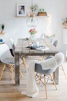 Schalenstühle in Grau und Weiß um rustikalen Holztisch im Shabby Chic