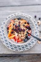 Veganes Müsli mit Kokosjoghurt, Cranberries, Erdbeeren, Blutorangen und Heidelbeeren