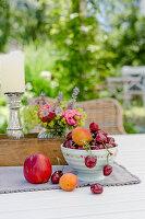 Schale mit Kirschen, Aprikosen und Nektarine