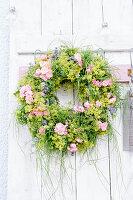 Kranz aus Rosen, Frauenmantel, Lavendel und Gräsern