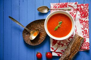 Tomatensuppe mit Basilikum und Roggenbrot