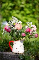 Frühlingsstrauß mit Ranunkeln, Tulpen und Schleierkraut