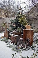 Weihnachtliche Terrasse mit Tannenbaum und Sternen aus Holz