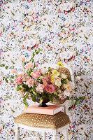 Blumengesteck in Schale