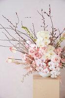 Gesteck mit Rosen und Phalaenopsis