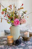 Herbststrauß mit Rosen, Hagebutte, Sterndolde und Zweigen von Schlehe und Pfaffenhütchen