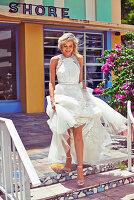 Junge blonde Frau in einem weißen Brautkleid