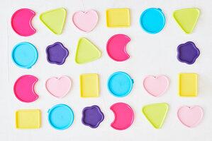 Deckel von Frischhaltedosen in verschiedenen Formen und Farben