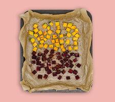 Rote-Bete und Kürbis in Würfeln auf Ofenblech