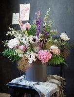 Frühsommerstrauß mit Mohn, Feldrittersporn und Hortensienblüte