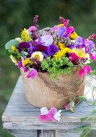 Sommerstrauß aus Wicken, Strohblumen, Chrysanthemen, Goldrute und Spinatsamen