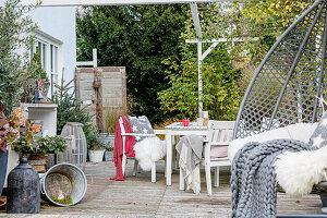 Terrasse mit Sitzgruppe und Hängesessel im Dezember
