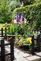 Blumenbeet mit Gartenblumen im Mini-Garten