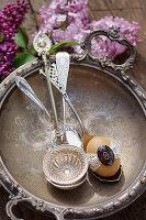 Ei mit Spitze auf antikem Silberlöffel in Silberschale